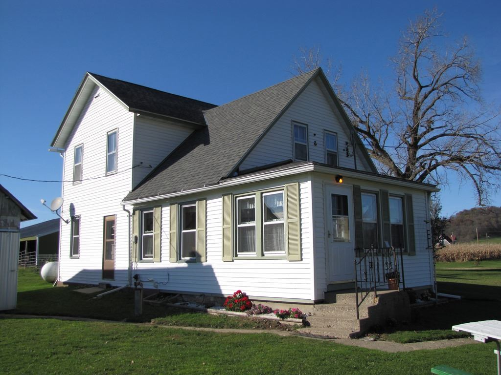 29106 Town Hall Dr, Eagle, WI 53573