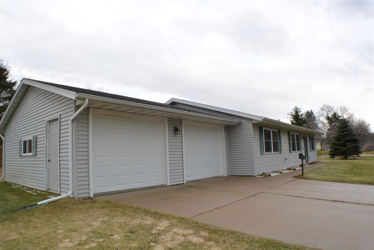 118 Royall Ave, Elroy, WI 53929