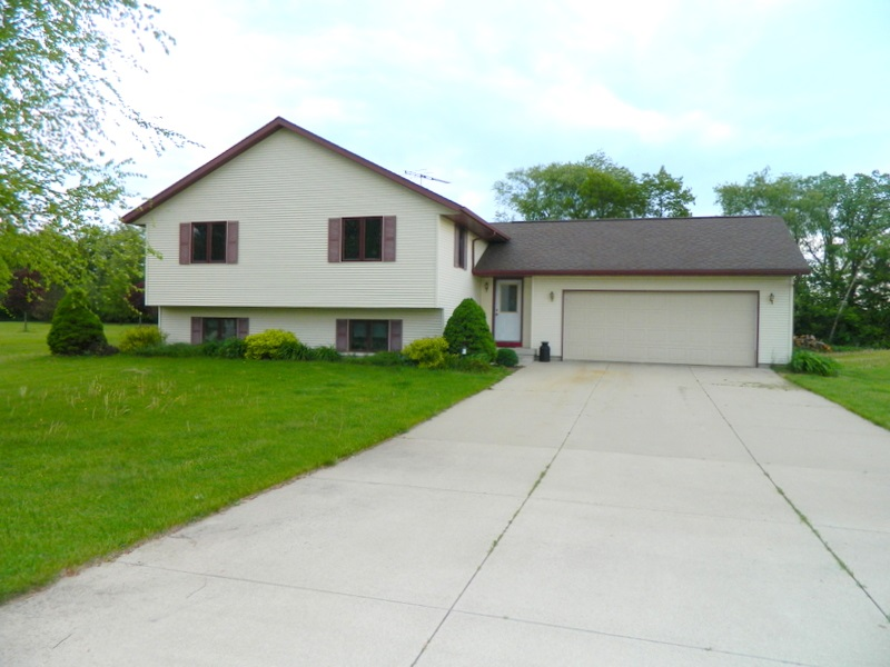 N4290 Country Club Dr, Decatur, WI 53520
