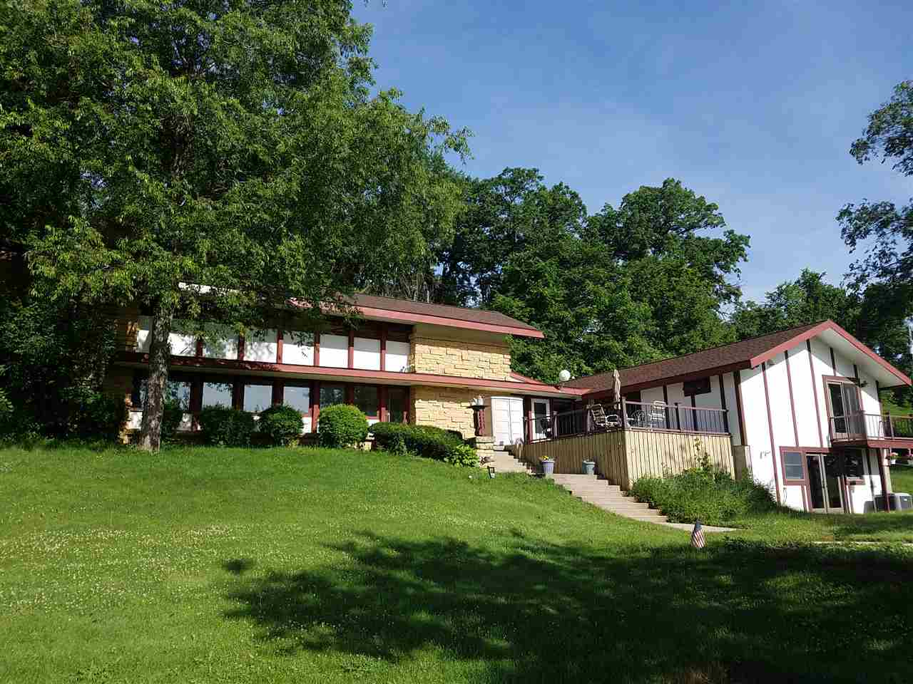 1325 W Lake Rd, Mineral Point, WI 53565