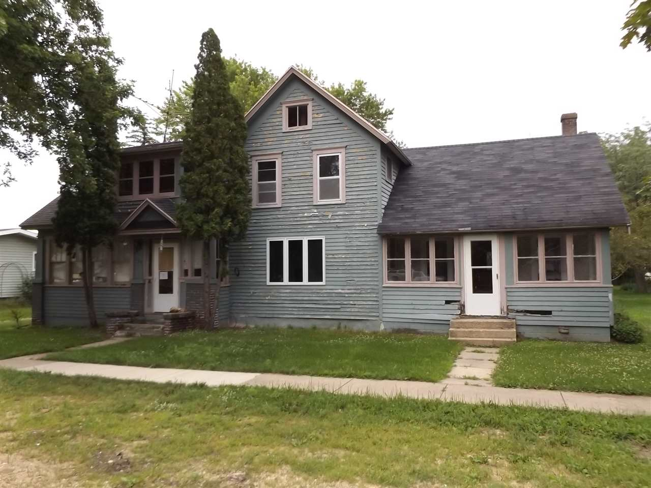 107 S 4th St, Avoca, WI 53506