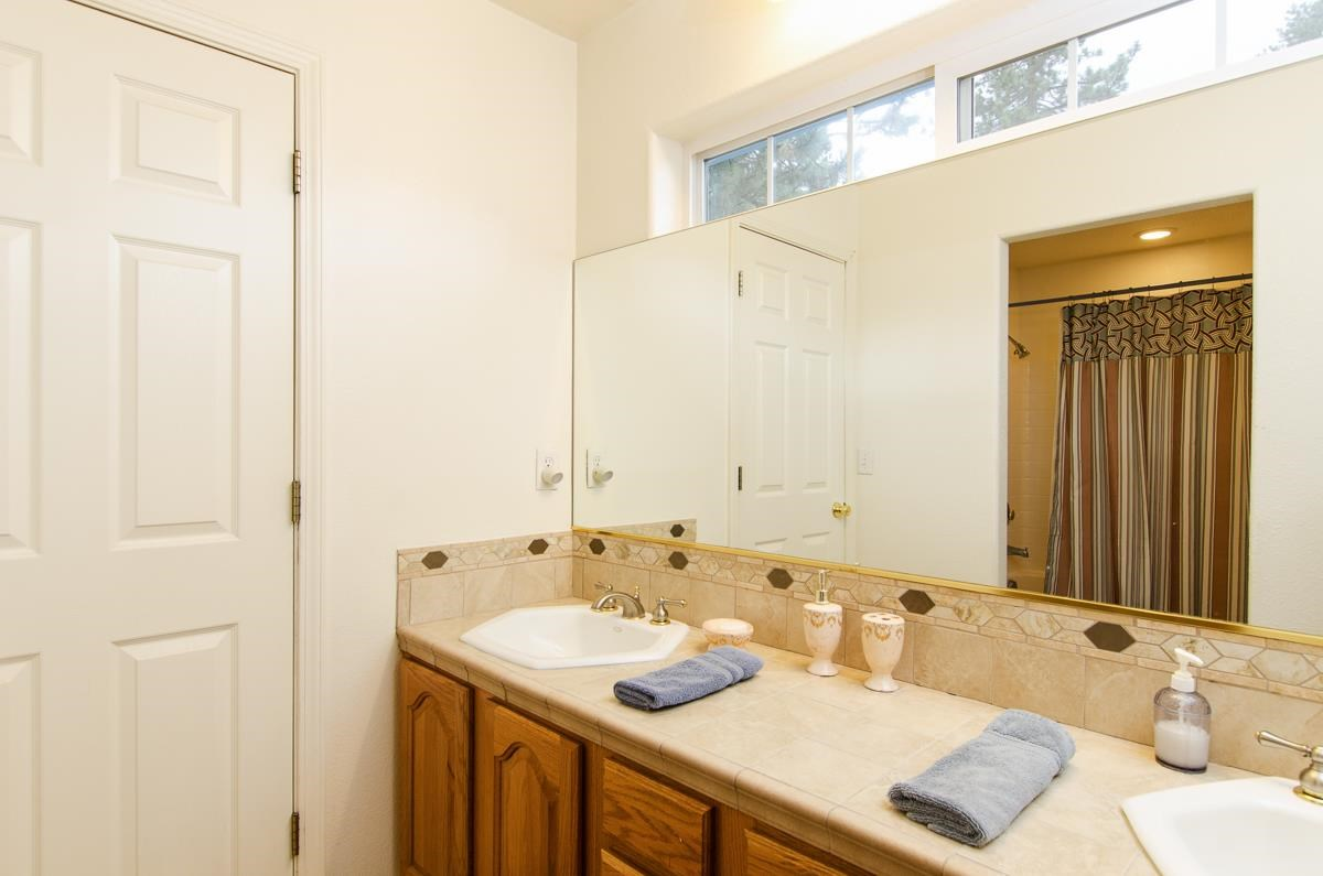 Additional photo for property listing at 10190 Shore Pine Road 10190 Shore Pine Road Truckee, California 96161 Estados Unidos