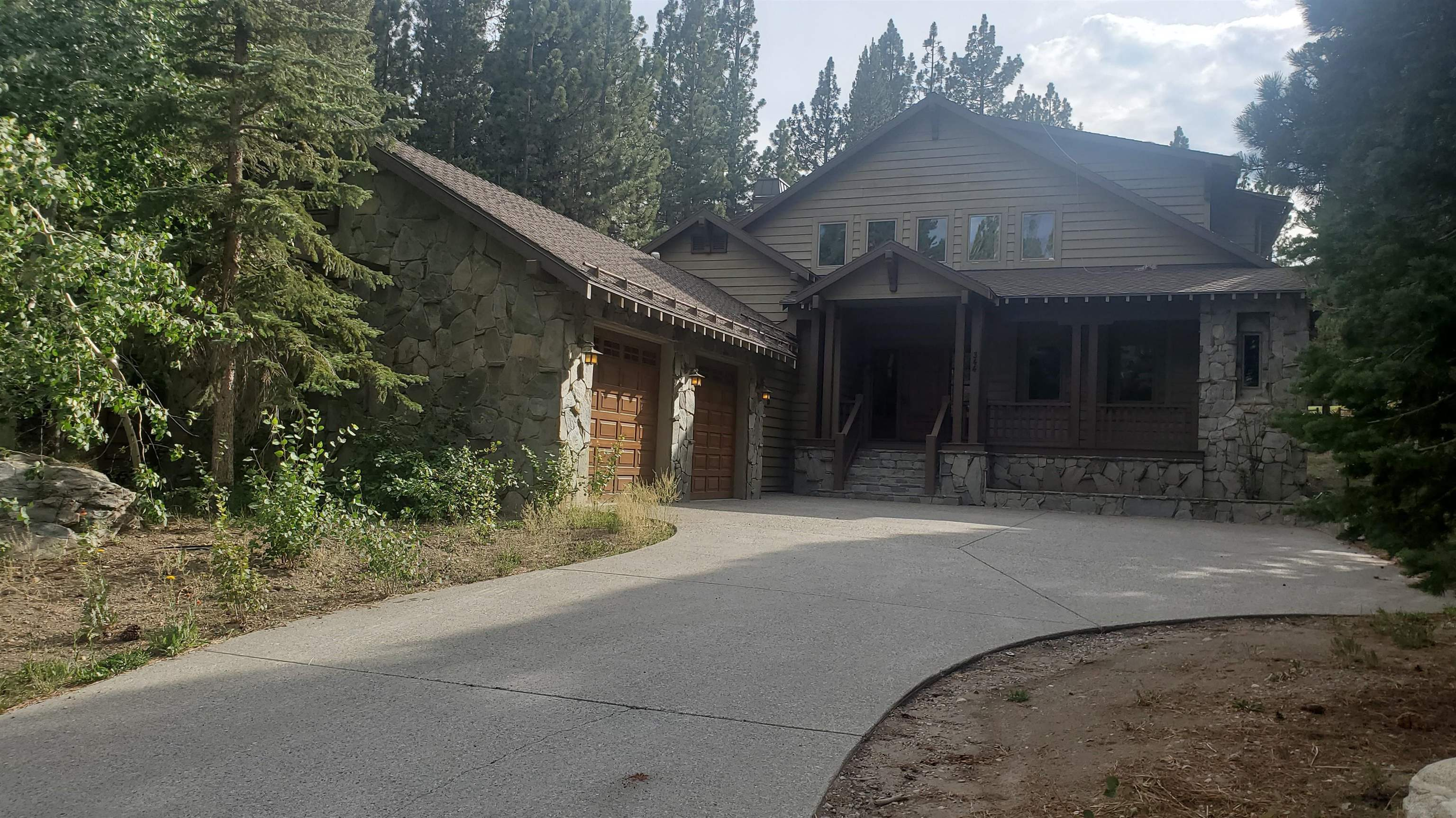 Beautiful custom Craftsman style home on the 13th Fairway of the Sierra Star Golf Course in quiet cul-de-sac in the Starwood neighborhood.  Large almost 1/2 acre lot, large great room, gourmet kitchen with butler's pantry, four large ensuite bedrooms, oversized three-car garage, library, hand-peeled hickory flooring, knotty alder cabinetry, large south-facing patio in the back overlooking the golf course to enjoy the outdoors.  Home is being sold beautifully furnished.  This is a must see!